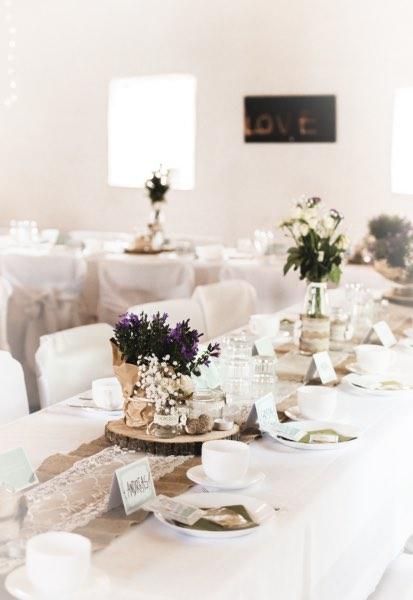 Festlich gedeckter Tisch in der Feierscheune